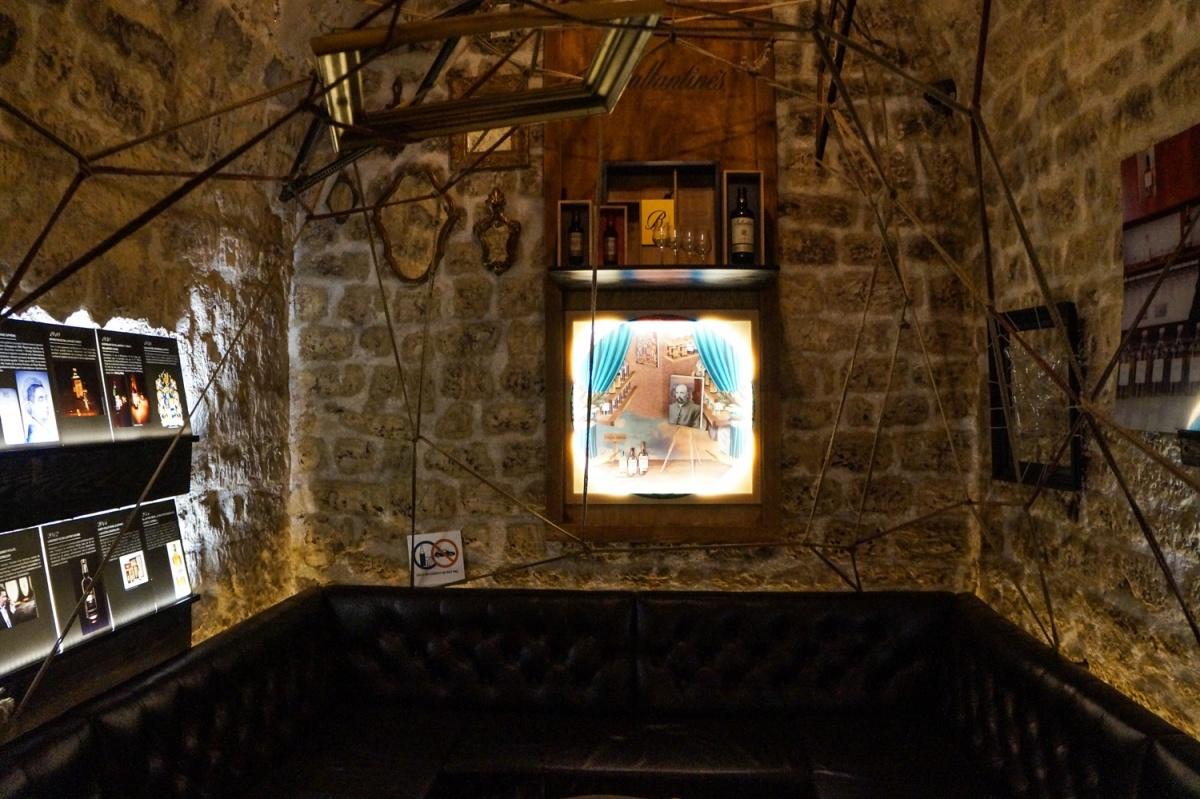 Ενα παριζιανικο bar σαν ιστος αραχνης